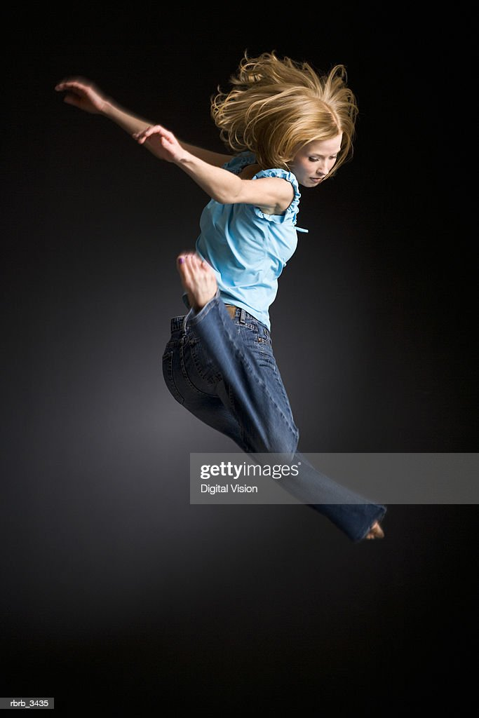 Young woman jumping : Foto de stock