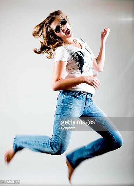 Junge Frau springen während Ihrer air guitar