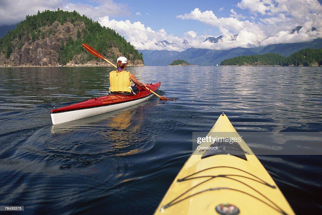 Young woman kayaking at Desolation Sound , British Columbia , Canada : Stockfoto