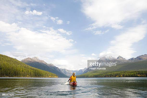 a young woman kayaking on a lake. - parque nacional glacier - fotografias e filmes do acervo