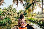 Jonge vrouw kajakken via de Backwaters van Monroe eiland