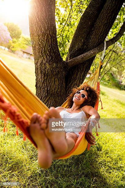 Junge Frau, die Festlegung auf eine Hängematte
