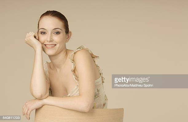 young woman leaning against back of chair, portrait - fragilidade - fotografias e filmes do acervo