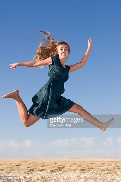 跳空気の若い女性