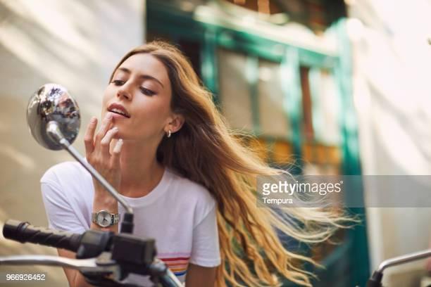 estilo de vida de mujer joven en barcelona. - pintalabios fotografías e imágenes de stock