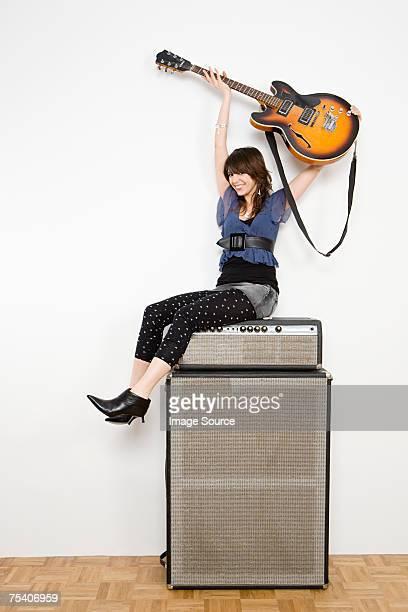junge frau beim gitarre - verstärker stock-fotos und bilder