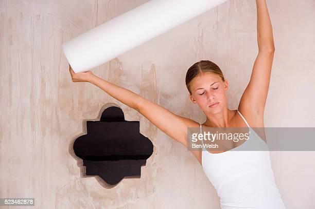young woman lifting roll - cami fotografías e imágenes de stock