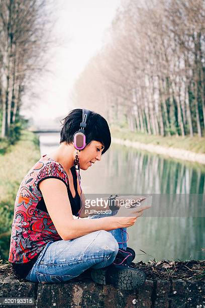 Junge Frau hören Sie Musik mit Kopfhörer