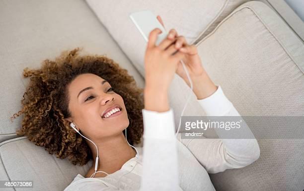 若い女性自宅で音楽を聞く