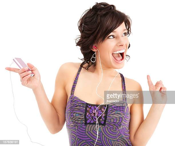 音楽を聴きながら楽しんでいる若い女性