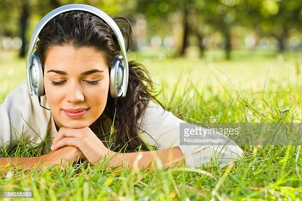 Junge Frau Musik hören