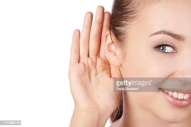 Junge Frau listening
