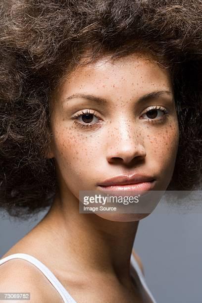 Jeune femme regardant la caméra