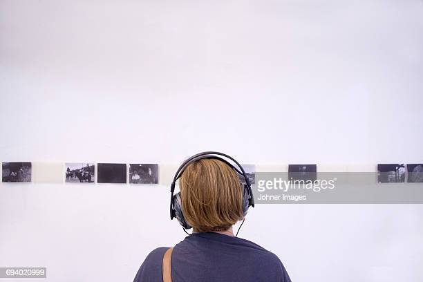young woman looking at exhibition - kunst stock-fotos und bilder