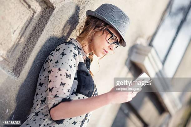 Jeune femme à la recherche sur téléphone mobile