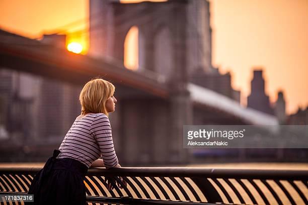 Junge Frau Blick auf New York City
