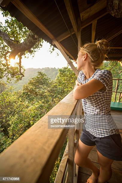 mujer joven mirando al atardecer en la naturaleza desde el balcón - laos fotografías e imágenes de stock