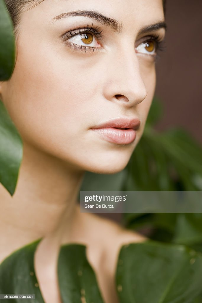 Young woman looking away, close up : Stockfoto