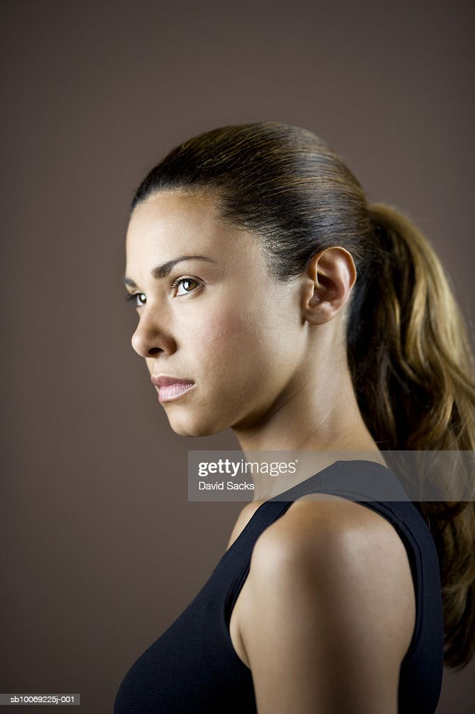 Young woman looking away, close-up : Stockfoto