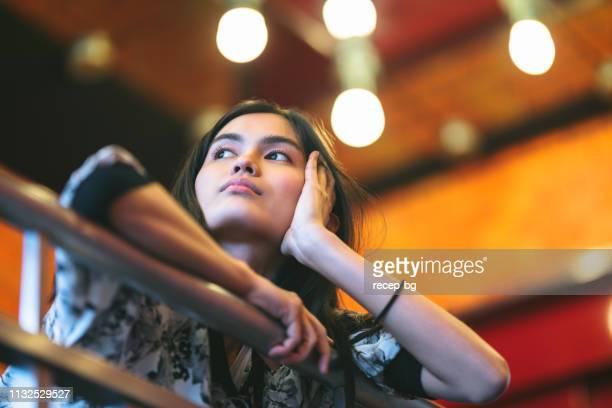 深い思考を離れて見ている若い女性 - 心配する ストックフォトと画像
