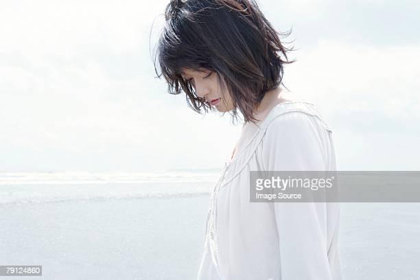若い女性ふさぎこむ - 悲しみ ストックフォトと画像