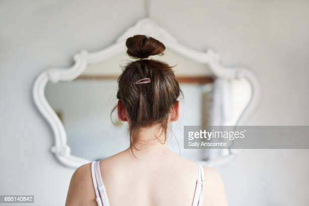 young woman looking in the mirror - cuidado com o corpo - fotografias e filmes do acervo