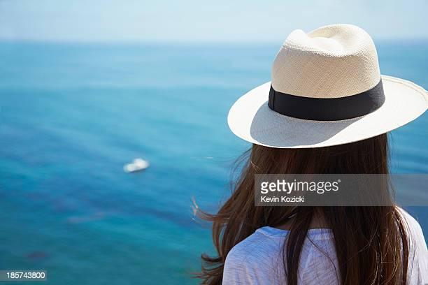 young woman looking out to sea,  palos verdes,  california,  usa - chica morena de espaldas fotografías e imágenes de stock