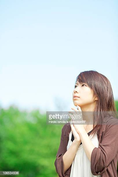young woman looking up, japan - 女子大生 ストックフォトと画像