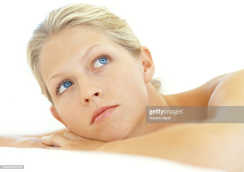 Young woman looking up, portrait : Stockfoto