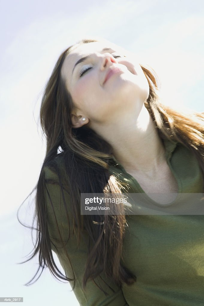 Young woman looking up with her eyes closed : Foto de stock