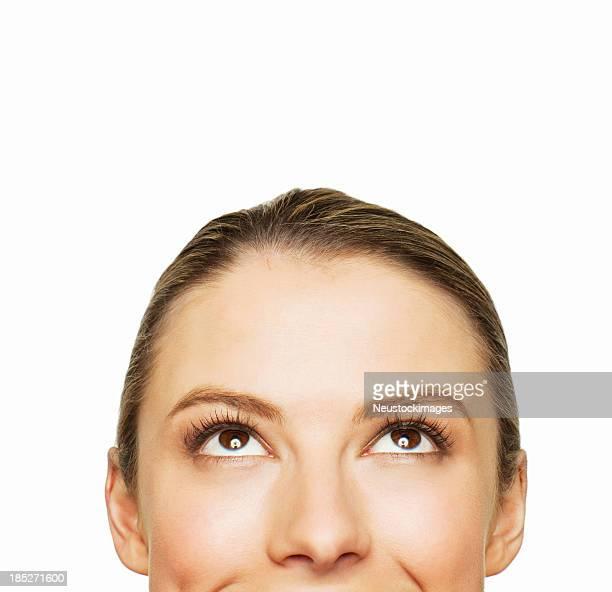 Jeune femme regardant vers le haut, isolé