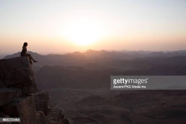young woman looks across desert landscape from raised viewpoint - monte sinai imagens e fotografias de stock