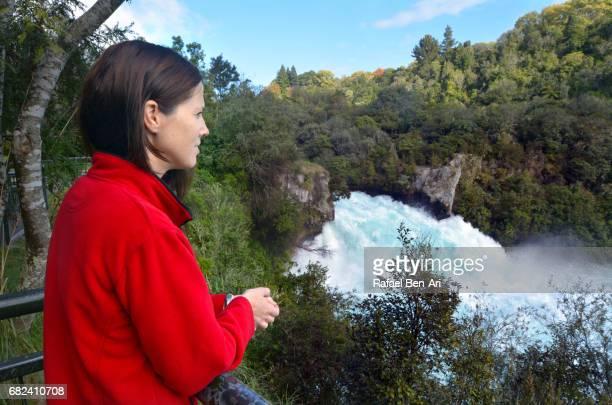 young woman looks at huka falls new zealand - rafael ben ari stock-fotos und bilder