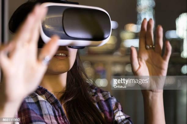 espera fascinado mujer joven en auriculares de realidad virtual - wonder película de 2017 fotografías e imágenes de stock