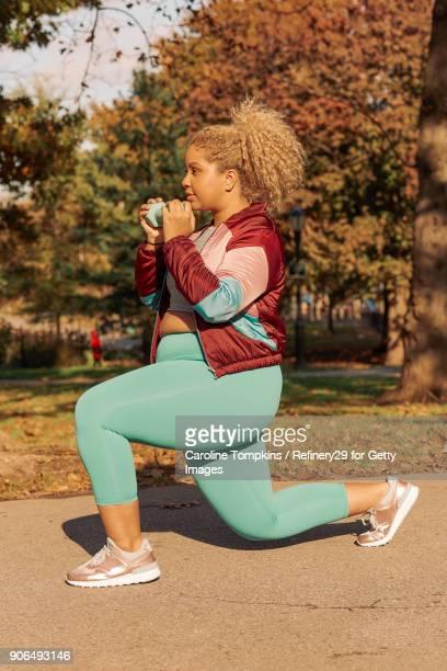 young woman lunging - flexionando perna - fotografias e filmes do acervo