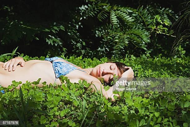 若い女性横たわる