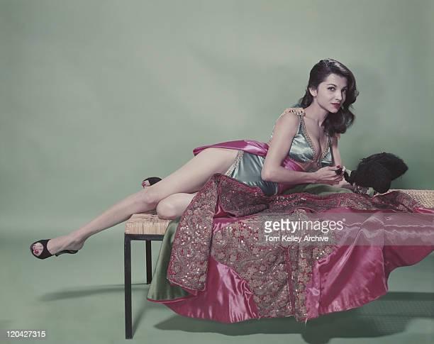 若い女性のポートレートベッドで横になって、
