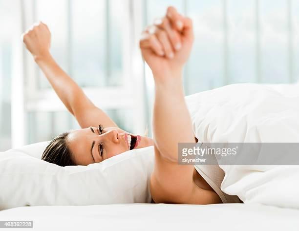 若い女性のベッドルームの横にお目覚めください。