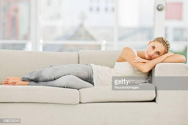 Jeune femme allongée sur un canapé