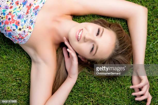若い女性に横たわる草