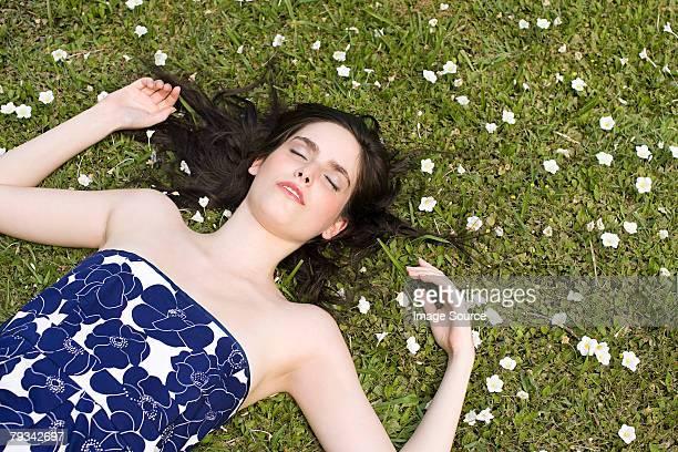 Junge Frau liegen auf Gras