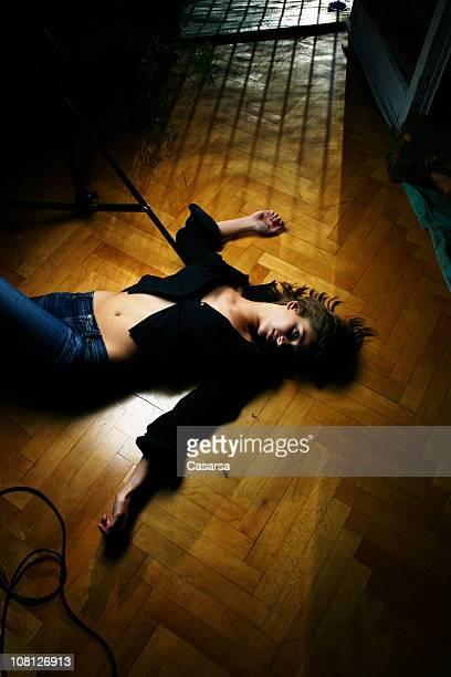 Junge Frau auf dem Bauch liegen Holzboden