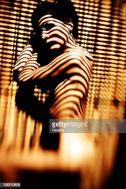 young woman lying en el piso - piel bonita mujer desnuda tumbada fotografías e imágenes de stock