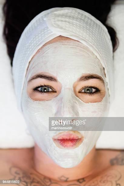 """ung kvinna att göra en grimas med en skönhet mask. - """"martine doucet"""" or martinedoucet bildbanksfoton och bilder"""