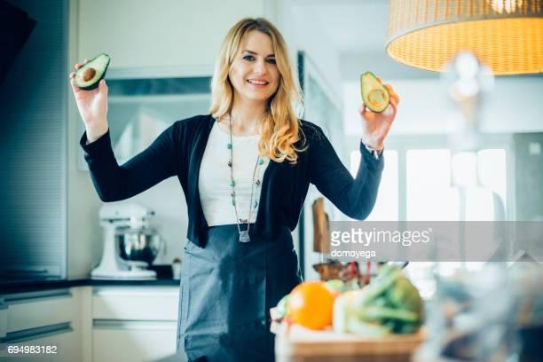 Junge Frau, Avocado Mahlzeit in der Küche