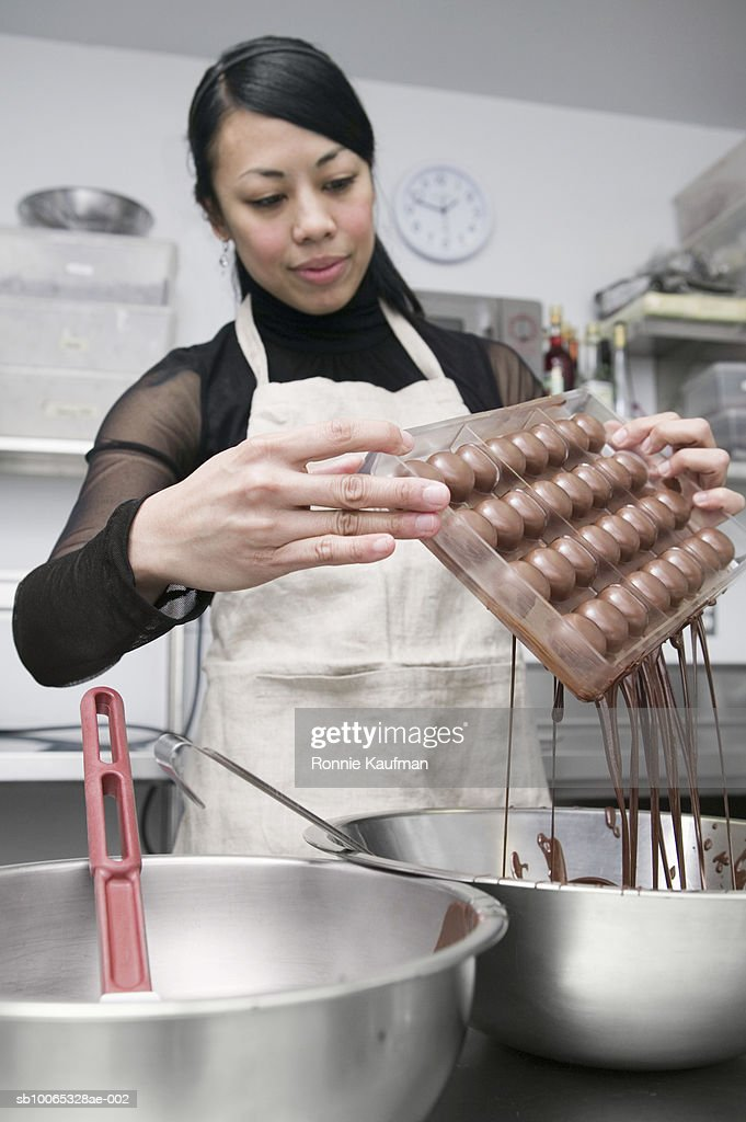 Young woman making chocolate : Foto stock