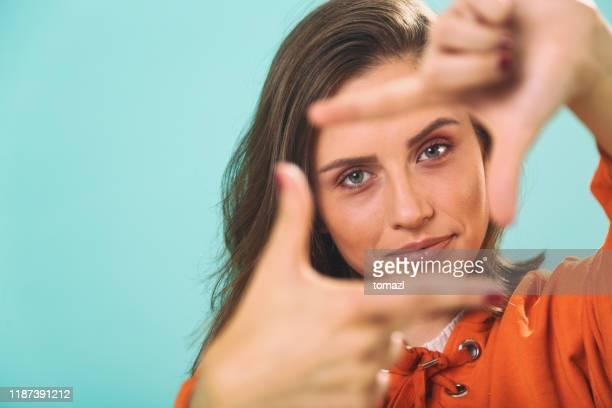 giovane donna che fa la composizione della cornice delle dita - messa a fuoco foto e immagini stock
