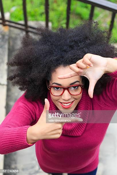 Junge Frau macht finger frame