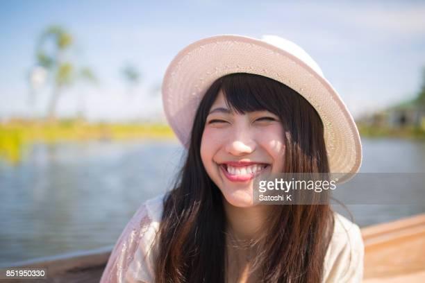 遊覧船に笑顔の完全を作る若い女性