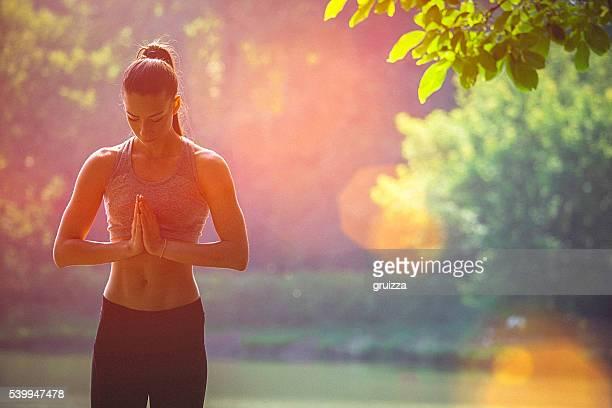 若い女性 瞑想 前に、空手トレーニング